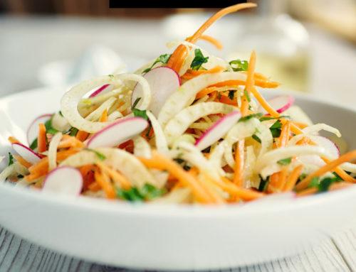 Salade van rauwe groente met tahindressing